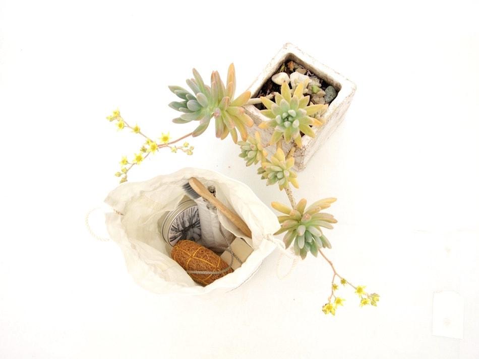Beauty case in vela riciclata con tasche interne