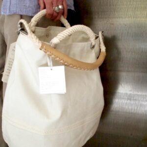 Borsa realizzata con le vele riciclata, manicia mano di cotone e manico a spalla con pelle