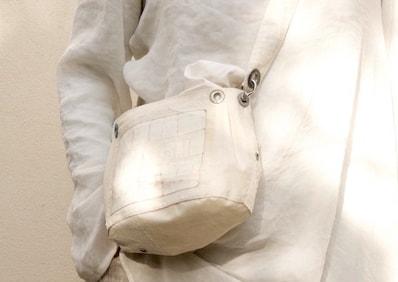 Le borse da viaggio in vela riciclata sono anche tracolle leggere, oer mettere al sicuro i documenti di viaggio. Eco friendly